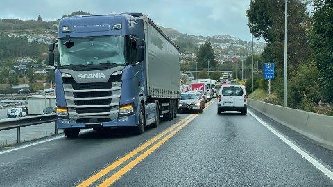 Et vogntog skaper lange køer på E39 tirsdag ettermiddag.