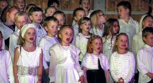 JULEKONSERT: Slåstad skoles årlige julekonsert ble holdt i Sør-Odal idrettshall på torsdag. Skolen er nedleggingstruet, men denne trusselen var ikke tema denne kvelden. Foto: Petter Geisner
