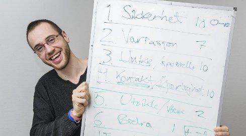 Han bruker mange stikkord for å få fram poengene i løpet av motivasjonskursene. Målet er at deltakerne skal kjenne seg igjen i innholdet.