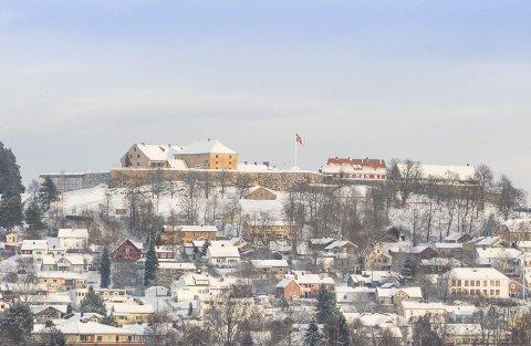:1. Kongsvinger festning tronar majestetisk på Tråstadberget. 2. Det var folkeliv i Øvrebyen då det var julemarknad, men elles er det diverre stilt i gatene. 3. Glomma renn mot vest. Ho ber på minne om det gamle Kongsvinger. Til venstre er den nye elvepromenaden.bilete: JENS HAUGEN OG KJELL R. HERMANSEN