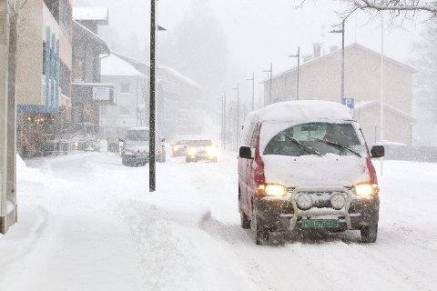 SNØKAOS: Bilister må vente seg forsinkelser etter snøfallet natt til mandag.