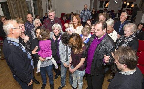 I forbønn: Menigheten slo ring rundt familien Holst og ba om en trygg reise for Hayley og Abi og beskytte både dem og familien som blir igjen i Norge. Foto: Kjell R. Hermansen