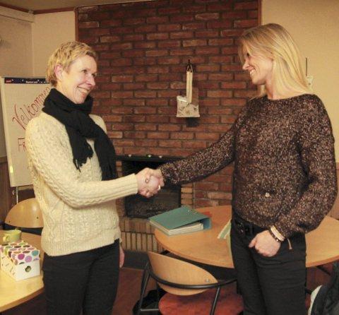 Takknemlig: Anne Tofte fra Treffpunkt Kongsvinger takker Eidsiva og Siri Humborstad for 10.000 kroner.