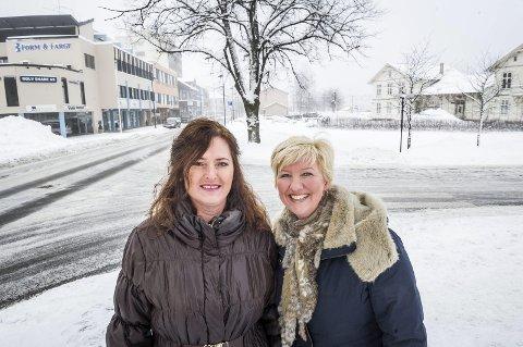 FELLES FRONT: De gjør felles front for utviklingen av stasjonssida. Irén Carlstrøm og Siw Solberg inviterer nå alle næringsdrivende og gårdeiere til samling.FOTO: JENS HAUGEN