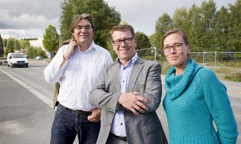 HELE BYEN: Paul Larsson (fra venstre), Øystein Nordfjeld og Mona Holm gikk på barrikadene for å ta vare på det eksisterende bymiljøet gjennom foreningen «Vern Midtbyen» i fjor. Nå utvider de engasjementet, og vil bidra til en mer helhetlig utvikling av hele Kongsvinger sentrum gjennom foreningen «Positiv byutvikling». – Vi vil være et talerør for innbyggerne inn mot så vel politikere som utbyggere, sier de tre. ARKIVFOTO: JENS HAUGEN