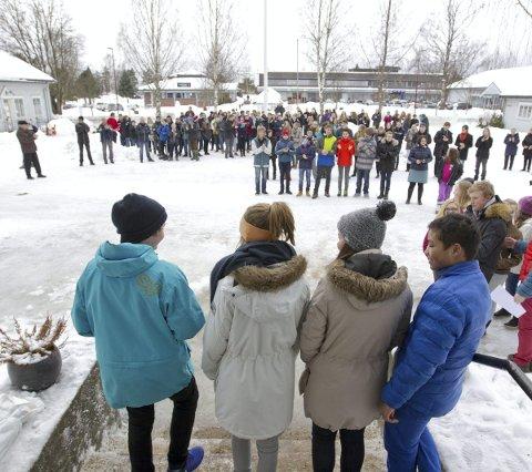 Velkommen: 9.-klassingene presenterte sine skulpturer for hele skolen og høstet masse applauser.