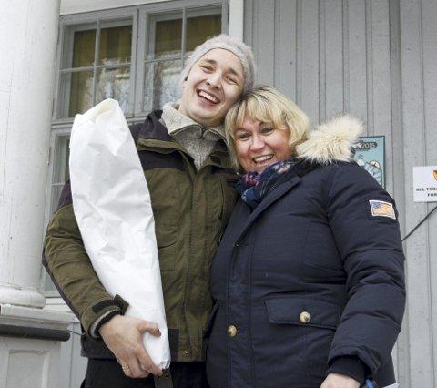 God vinterfestival: Kultursjef Cathrine Hagen overrakte blomster til prosjektleder Tore Silkebækken.