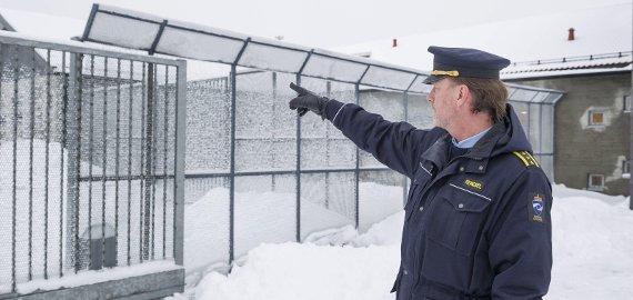 HER: Fengselsleder Gaute Enger viser hvor det kommer en ny etasje med 20 soningsplasser.FOTO: JENS HAUGEN