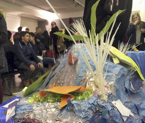 HAV: «Havets bunn» er litt mystisk, her tolket av Renate Skjerpen (13) og Sara Rødli (13) på årets UKM-utstilling.FOTO: ANITA KROK