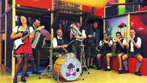 OMPA TIL DU DØR: Nei, men ompa til hardrock-låter, det er hva partybandet The Heimatdamisch serverer fredag kveld.