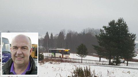 KRITISK: Regiondirektør Arild Nylend i Nettbuss AS (innfelt) er kritisk til beredskapen på veiene når det blir ekstremvær. Bussen på bildet fikk problemer i Risberget og ble stående i nesten to timer før strøbilen kom til stedet.