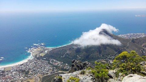 Cape Town sett fra Table Mountain. Fjellet med tåke rundt heter Lions Head.