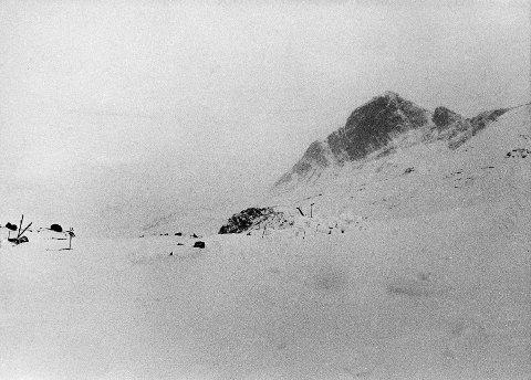 UNDER SURTNINGSTIND: Her ble fire døde og tre overlevende funnet. Bare skiene og stavene står igjen etter at de ble fraktet ned. Snøborgen ble bygd for å gi ly til to overlevende og skjerme dem fra de fire døde mens de lå der og ventet på redningskjelker.