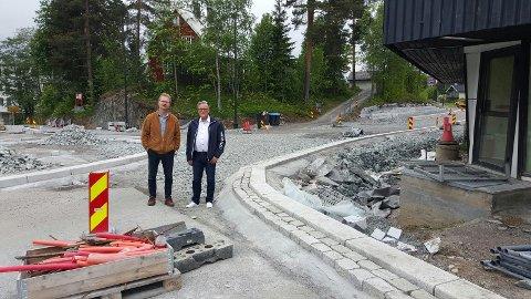 TRANGT: – Se her. To personer fyller opp hele rundkjøringa, sier Tor André Johnsen (t.v.), som står sammen med Johan Aas.