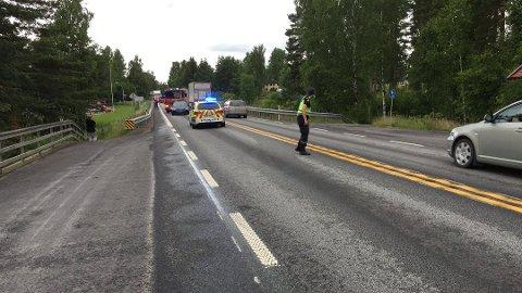 KOLLISJON: Det var ved avkjøringen til Storskjæret på rv. 2 at en bil kjørte på en annen bakfra. Politiet måtte sperre trafikken, og dirigere manuelt.