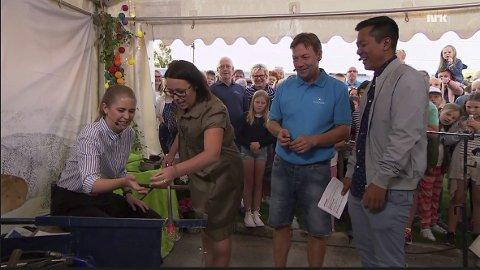 PÅ TV: Glassblåsing gikk «live» i NRKs Sommeråpent torsdag 20. juli, her sees Vivvi-Ann Huse og Cato Amundsen fra Magnor Glassverk, kollega og glassblåser Geir Vestli ses i bakgrunnen. Glassverket fikk mange innslag denne sommerkvelden.