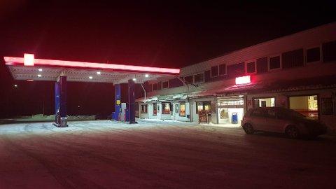 FORSØKT PÅTENT: Natt til onsdag knuste noen en rute og tok seg inn i YX-stasjonen i Mo. Inne skal man ha forsøkt å tenne på bensinstasjonen.