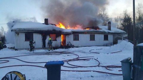 Brannvesenet har kontroll, men huset kommer til å bli totalskadd av flammene.