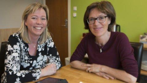 FORNØYDE: Hilde Sørli fra Eidskog (til venstre) og Inger Noer fra Kongsvinger mener det ble gjort mange gode vedtak under Venstres landsmøte sist helg. Noer ble gjenvalgt til sin tredje periode i landsstyret.