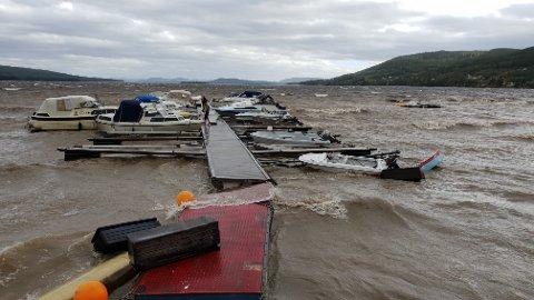 ØDELEGGELSER: Båteiere møtte et trist syn ved Strand brygge 10. august. Flere båter må trolig kondemneres etter vinden som herjet.
