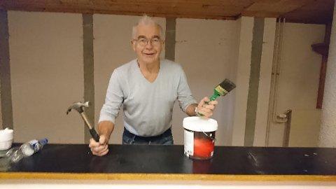 MALER: Einar Korbøl er i gang med å male og sette istand lokalene hvor BUA skal holde til i rådhuset på Kirkenær.
