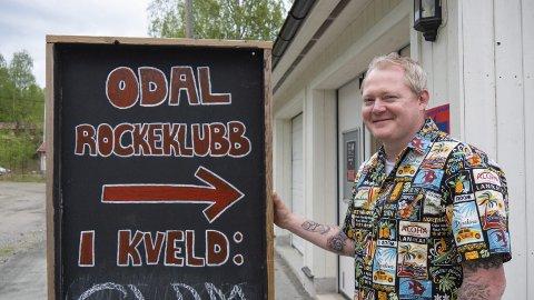 Remi Brodal og Odal rockeklubb har arrangementer gjennom sommeren - men med normal barbord og stoler!