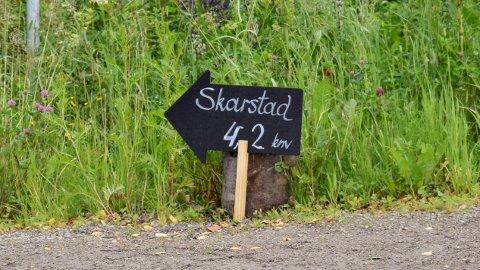 Skarstad Gartneri har satt ut skilt langs sykkelveien slik at du ikke skal ta feil.