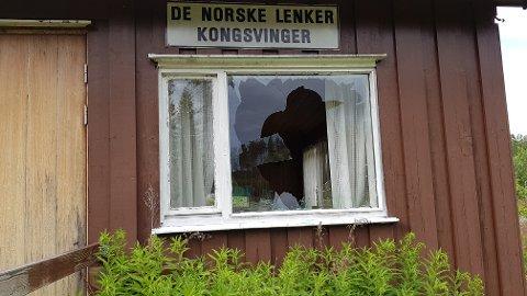 KNUST: Bygget har knuste vinduer på tre av sidene.