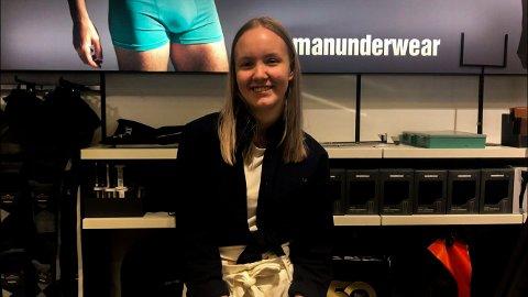 NATURLIG: Mia Åsli Stenmark (19) er glad for at hun føler hun kan være den hun er på arbeidsplassen.
