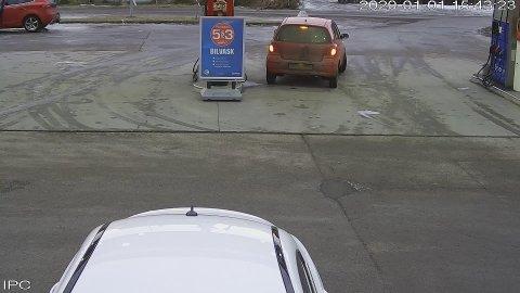 BENSINSTIKK: Mannen skal ha rygget inn til pumpa for å unngå at registreringsnummeret skulle bli fanget opp av kameraet på bensinstasjonen. Deretter kjørte han av gårde.