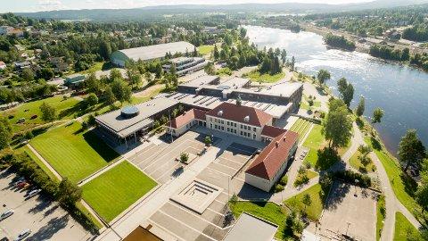 Regjeringen vurderer å fjerne fraværsregelen på 10 prosent for elever i videregående, som et ledd i å hindre koronaspredning. Her Sentrum videregående skole i Kongsvinger.
