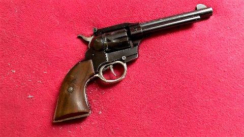 SKARPLADD REVOLVER: På jakt etter narkotika i Sør-Odal fant politiet denne 22 kaliber revolveren.