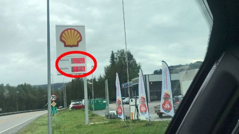 Drivstoffprisene kan variere mye gjennom uka, noe dette bildet fra Roa en mandag formiddag er et eksempel på. Det kan skille helt opp til 3 kroner literen eller enda litt mer mellom dyreste og billigste dag.
