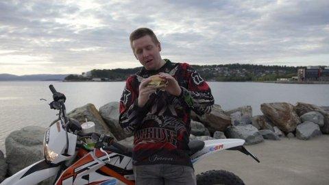 BURGER: Tommy Øseth legger ikke skjul på at han er glad i en tur på McDonalds, og mye penger har gått til fast food de siste årene. Foto: TV3
