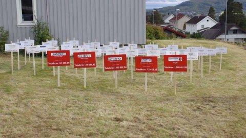 BETALINGSKRAV: Tommy Øseth har totalt 74 betalingskrav, noe som illustreres her. De røde skiltene viser kreditorer som har tatt pant i huset hans. Foto: TV3