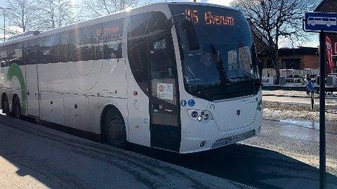 FOR DÅRLIG: I dag organiseres busstrafikken regionalt gjennom det fylkeskommune-eide selskapet Innlandstrafikk, og anbud i tiårs-perioder. Nå vil flertallet i fylkestinget utrede om tilbudet kan bli bedre dersom fylkeskommunen organiserer trafikken selv.