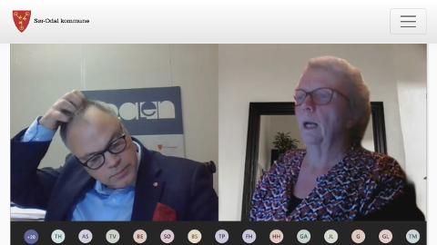 MYE Å DISKUTERE: Ordfører Knut Hvithammer og Sigrun Kristoffersen under kommunestyremøtet der budsjettet ble behandlet.
