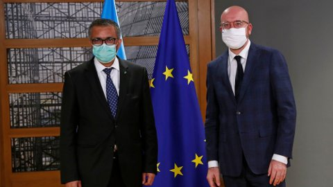 WHO-sjef Tedros Adhanom Ghebreyesus. (til venstre) sammen med EUs president Charles Michel Foto: Francisco Seco (AP/NTB)