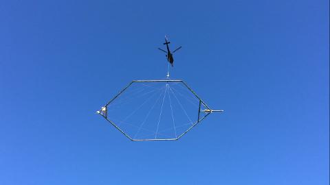 Dette helikopteret vil fly mellom Kongsvinger og E6 de nærmeste dagene.