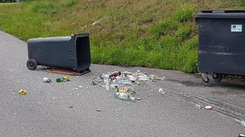 Slik så det ut i Kirkebakken, som går fra Kirketorget og ned mot Tråstad. Natt til onsdag var det en gjeng ungdommer som bråkte, veltet søppeldunkene og knuste glass.