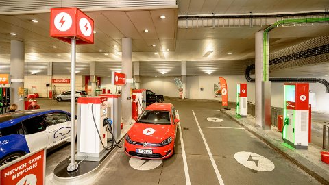 Elbilladere på bensinstasjonen - det er mildt sagt et tegn i tiden. Ifølge NAF haster det nå med å få bygget flere ladestasjoner her til lands. Foto: Circle K.