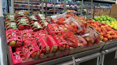 PAPP: Plasten rundt Pink Lady eplene i disken på Kiwi er fjernet.