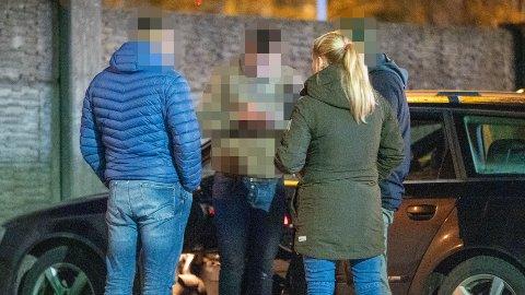BLE STOPPET: Mannen i midten på bildet ble tatt for å kjøpe sex av en prostituert tidligere i vinter. Politibetjentene på venstre og høyre side er sladdet av hensyn til deres jobb med blant annet spaning.