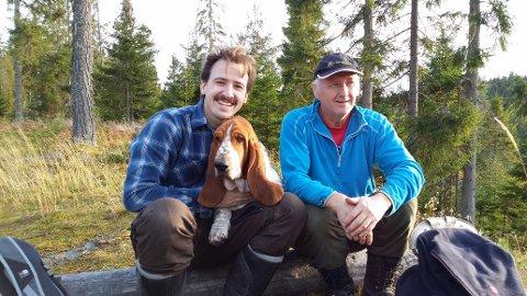 BRUKER NATUREN: Jim Christer Strande Øktner og faren Jon Øktner kjører skiløyper i området rundt Damlitjennet til glede for Odalens innbyggere.