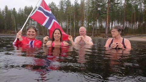 BAD: Caya Haardbrink (fra venstre), Anette Mobakk, Harald Olsen og Kari Bjerktun hoppet uti for sesongens siste bad.