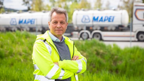 Trond Hagerud, administrerende direktør hos Mapei AS i Nord-Odal, takker staben for rekordomsetningen i juni.