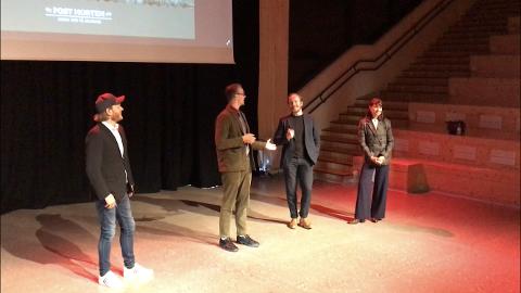 Det er ikke alltid like lett å skjønne hva som er skuespill og hva som er ekte. Her forteller skuespiller André Sørum (nummer to fra høyre) om en episode fra Skarnes. Til venstre står produsent Kristian Strand Sinkerud og manusforfatter Petter Holmsen. Til høyre er Kathrine Thorborg Johansen.