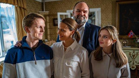 Denne gjengen utgjør kongefamilien i den nye humorserien «Kjære landsmenn». Fra venstre Jonas Strand Gravli, Ine Jansen, Atle Antonsen og Chloé-Fleur Kolstad.