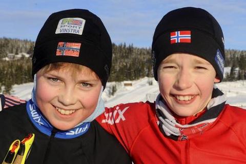 MORO: John Stokkevik Eide fra Tormod Skilag (t.v.) og Vemund Moe fra Lom. 13-åringene synes det er moro med GD-cup i langrenn.