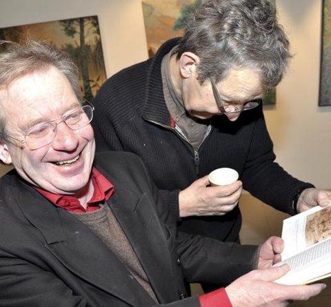 SE HER'A: Morten Jostad og Finn Lande Andersen studerer illustrasjonene til H.C. Andersen. Foto: Ingunn Aagedal Schinstad